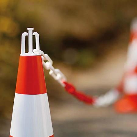 Crochets de balisage adaptables sur cônes de chantier